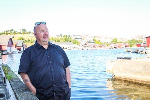 ALT STARTER PÅ HOVLAND: En gang i tida var det ei strand nede i Hovlandsvika på Eigerøy. Arnt Olav Klippenbergs tredje bok om Odd fra Berglyd begynner nettopp her - i sjøkanten på Hovland.