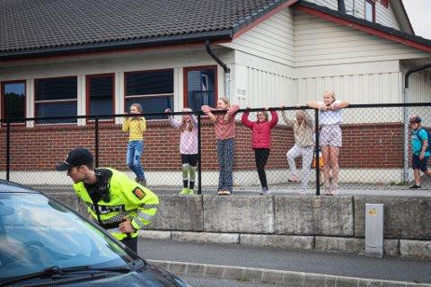 SKOLEKONTROLL: Elevene er nysgjerrige og følger med på hva politiet driver med. Politibetjent Bjørnar Stapnes sier det ligger mye godt forebyggende arbeid i å prate med barna og la de følge med på kontrollen.