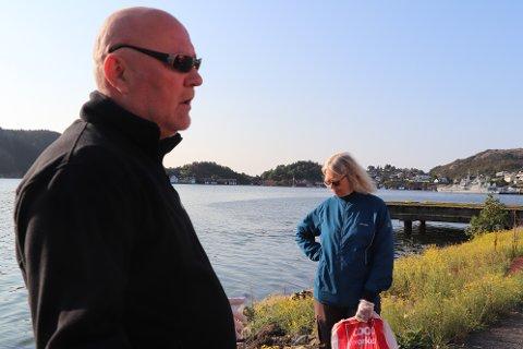 IKKE BRA: Johan Norum fra Eigersund kommune og Birgitt Harstad fra Norsk landbruksrådgivning Rogaland på Kaupanes, der det er oppdaget et stort felt med den giftige og sterkt uønskede planten boersvinblom.