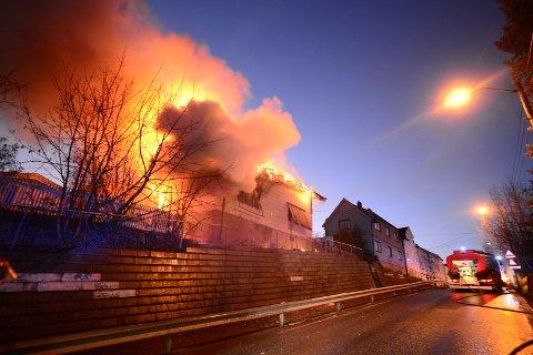 En eldre enebolig i Vestfossen ble totalskadd i en kraftig brann 1. juledag. En mannlig beboer omkom i brannen.