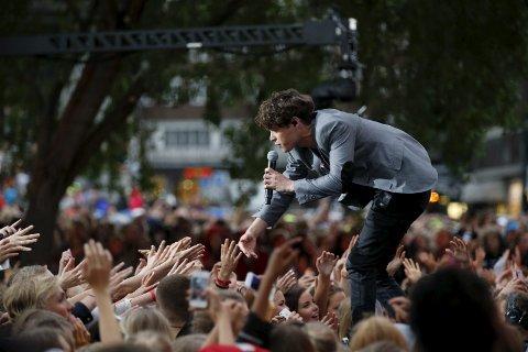 POP FRA DRAMMEN: Vokalist Kent Sundberg mottar hyllesten fra fansen under en opptreden på Rådhusplassen i fjor. Han utgjør Donkeyboy sammen med bror Cato Sundberg, Thomas Drabløs og Peter Michelsen. FOTO: NTB SCANPIX