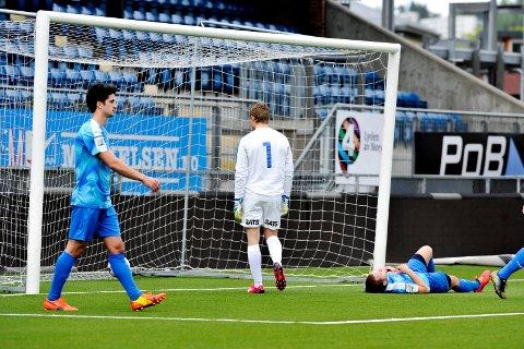 TUNGT: Hermann Rhodén og Drammen fortsetter å slippe inn mål som følge av tapte én-mot-én-situasjoner. Mandag ettermiddag ble det 0-4 mot Raufoss på Marienlyst. (FOTO: LISA) SELIN