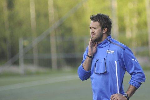 GRUNN TIL BEKYMRING: Stian Ramsfjell, hovedtrener i Drammen Fotballklubb, bør bekymre seg over resultatene den siste tiden. Men jobben trenger han ikke tenke på – han sitter trygt som få.