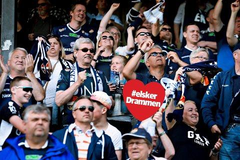 STOLTE FANS: «Reis opp – vær stolt av Strømsgodset. Syng for de tapre blå. En klubb – ei drakt å kjempe for. Og dø for om vi må», synger GodsetUnionen. (FOTO: LISA SELIN)