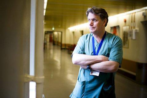 ALVORLIG: Tillitsvalgt for legeforeningen ved Drammen sykehus, Tom Henri Hansen, er redd for at stramme rammer for sykehusbygging vil føre til at godt etablerte fagmiljøer ødelegges. FOTO: KRISTOFFER KUMAR