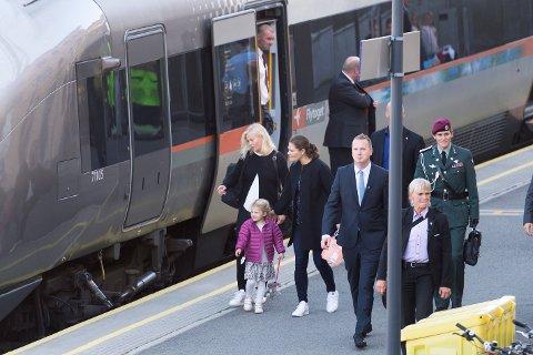 Kronprinsesse Victoria fra Sverige ankom Drammen stasjon med tog fredag ettermiddag sammen med sin datter Estelle
