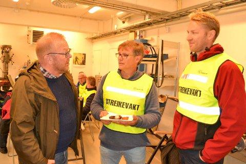 STREIK: Jan O. Andersen, forbundsleder El og IT, sammen med Geir Wamstad, streikeleder Øvre Eiker Nett og Per Bye, leder streikekomiteen Midtnett på streikemøte i Hokksund mandag.