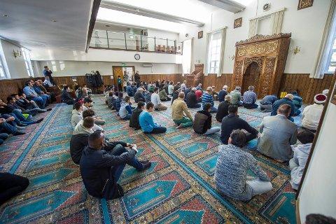 FREDAGSBØNN: Det Tyrkiske Trossamfunn i Drammen og Omegn kjøpte lokalene, som tidligere huset Adventskirken, for åtte år siden. Dermed sikret de seg en moské som deres i dag 972 registrerte medlemmer nyter godt av.