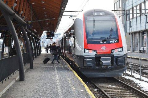 Tog på Drammen stasjon.