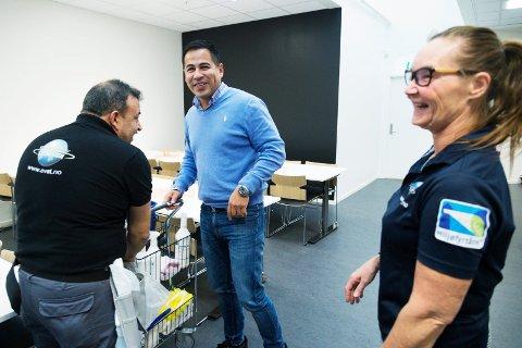 TETT PÅ TEAMET: Edilberto Maldonado (i midten) eier vaskevirksomheten EVAT – En verden av tjenester. Han begynte i det små for fire år siden og har han fortsatt hovedkontor i Drammen. Men i dag står rundt 200 ansatte på lønningslista. Blant dem Vivi Elisabeth Schulz som bestyrer kantina og Jose Gatica som vasker i de nye lokalene til Motor Part AS på Gulskogen.