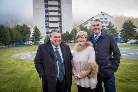 SMILER: Stortingspolitikerne Morten Wold (f.v), Kristin Ørmen Johnsen og Trond Helleland gleder seg over at nytt sykehus i Drammen er på statsbudsjettet.