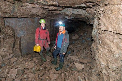 GRUVETUR: Lars Røed og Martin Stensland i gruva på Sørumsåsen i Lier.