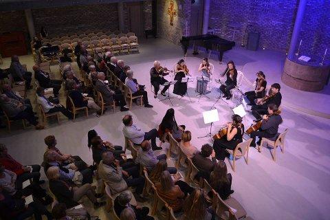 IMPONERTE: De to innleggsforfatterne gleder seg til ny Vertavofestival. Her fra konserten i Vestfossen,  Vertavokvartetten med gjester.