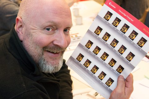 FOTOGRAFEN: Rune Folkedal i Drammens Tidende sitt bilde fra brannen på Drammens Teater i 1993 har blitt frimerke.