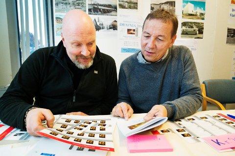LANSERT FREDAG: Fotograf Rune Folkedal i Drammens Tidende (t.v) og leder i Drammen Filatelist klubb, Øivind Rojahn Karlsen, med frimerket som ble lansert fredag.