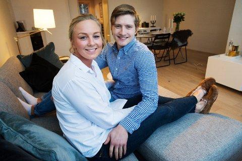 SOFAKOS: – Dette kommer vi til å få høre om på trening, sa Emilie Christensen og Lasse Larsen Thorsbye da de poserte for Drammens Tidende hjemme på Åssiden.