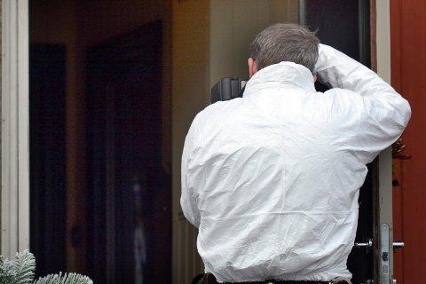 UNDERSØKELSER: Krimteknikere fra søndre Buskerud undersøkte søndag boligen der en kvinne i 70-årene ble funnet død søndag.
