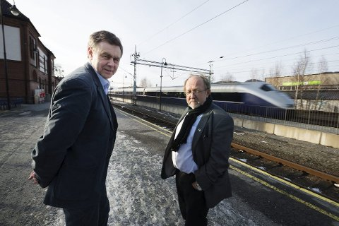 Trodde dobbeltsporet var i boks:  Først i den langsiktige jernbanestrategien, etter 2030 en gang, omtaler Jernbaneverket dobbeltspor fra Drammen til Hokksund. Det finner ikke Nedre Eiker-ordfører Bent Inge Bye (t.v.) og Hans Kristian Sveaas, varaordfører i Øvre Eiker seg i. Buskerudbypakke 2 er i fare, mener de.foto: tore sandberg