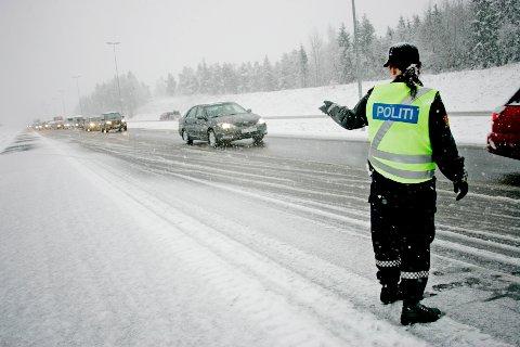 Snøen la seg flere steder i Sør-Norge 1. påskedag. Her fra E6  nord for Moss etter en kjedekollisjon der åtte personer ble skadet.