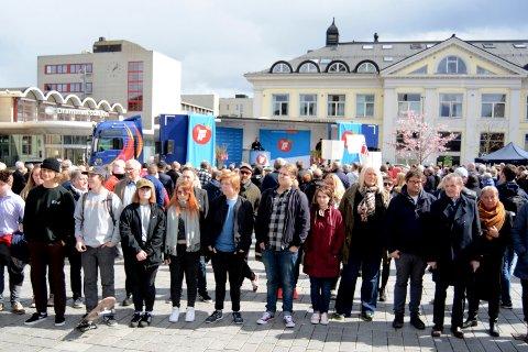 De vendte ryggen til talerstolen der innvandrings- og inkluderingsminister Sylvi Listhaug holdt sin 1. mai-tale på Strømsø torg.