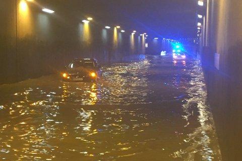 Det er ventet opp i mot 100 millimeter regn de neste dagene. Drammen kommune har jobbet siden tirsdag for å forberede seg på vannmassene. Dette bildet er en tidligere oversvømmelse i Bragernestunnelen.
