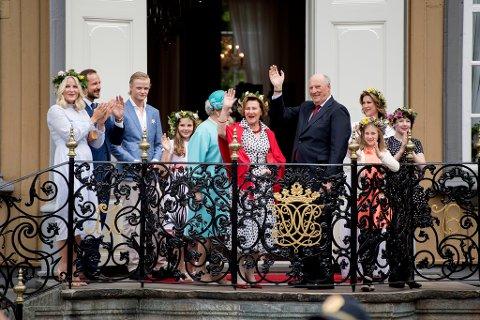 PÅ SLOTTET: Marius Borg Høiby tar i mot hyllest fra folket sammen med kongefamilien på hagefesten i stiftgårdsparken i Trondheim, 23. juni. Anledningen var 25-års jubileumet for signingen av kongeparet.