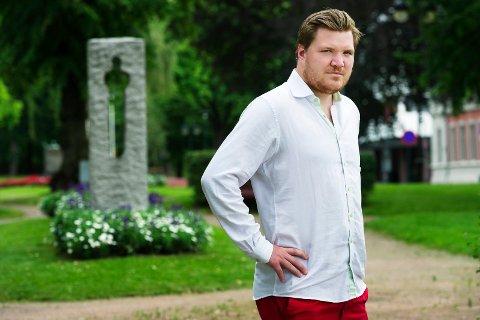 OVERLEVDE: Eivind Knudsen kom hjem fra Utøya,  uskadd fysisk. Som leder av den lokale støttegruppen legger han fredag ned krans ved minnesmerkene for 22. juli-ofrene, blant annet her på Gamle Kirkeplass i Drammen.