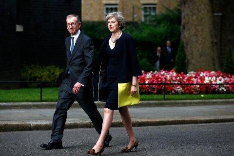 FOKUS PÅ KLÆR OG SKO: «Det toppet seg nylig med utnevnelsen av Storbritannias nye statsminister Theresa May (dere vet, hun med skodilla)», skriver Hege Bakken i denne kronikken. Her er Storbritannias nye statsminister, Theresa May, avbildet med sin mann Philip i Downing Street 13. juli i år.
