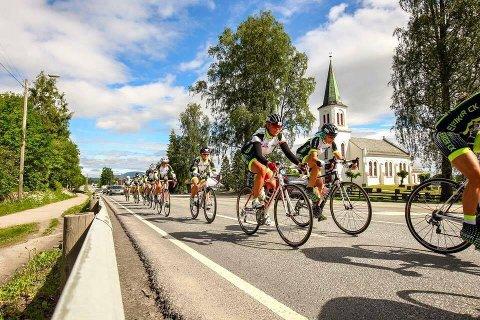 PÅ TUR: Her er rypene fra Eiker CK under ritt. Camilla Landsverk håper å se flere nye medlemmer framover og en voksende delegasjon av kvinner i sykkelsporten.