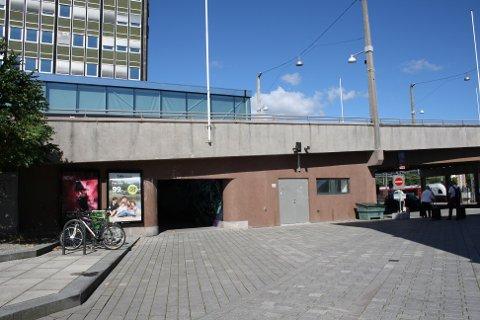 STORT PROBLEM: Undergangen ved Drammen Stasjon, under bybrya, blir brukt som offentlig toalett.
