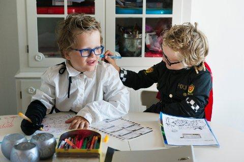 Tvillingene Brage (m/ blå briller ) og Oskar Ågedal fra Lier gleder seg til skolestart