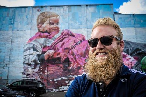 ROP UT: Eric Ness Christiansen oppfordrer borettslag og andre å rope ut hvis de har en vegg han og kunstnerne kan pynte.