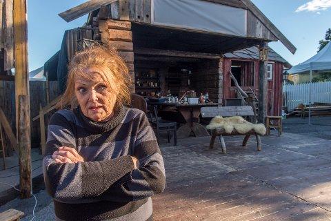 FLYTTE: – Er det ikke utrolig, jeg ble spurt om å være Vertshus-Johanne i år igjen, sier skuespiller Ellen Nicolaysen. Hun mener Den Gode Hensigt er det beste hun har vært med på av lokale spill. Og nå er hun blitt så glad i Svelvik at hun ser seg om etter et sted å bo i nærheten.
