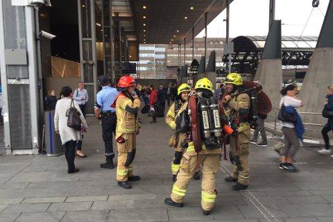 Brann og redningsetaten har store ressurser på Oslo S etter melding om et smell eller kortslutning i togtunnelen.