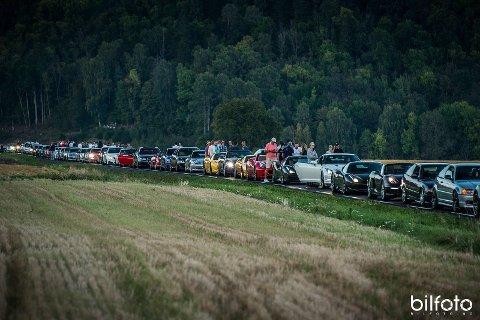 Slik ser det ut når 100 av verdens råeste sportsbiler drar på tur.