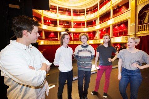 KLARE FOR SHOWTIME: Musikklærer Christian Øierud sammen med musikkelevene Jonas Christiansen, Eivind Leifsen, Kevin Johnsen og Julie Kristine Berg.