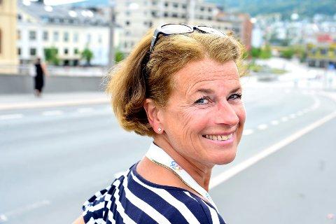 KLAR TALE: Kari E. Høyer er engasjert og har klare meninger om hvordan «bilbyen Drammen» kan forvandles til «folkevettbyen Drammen».