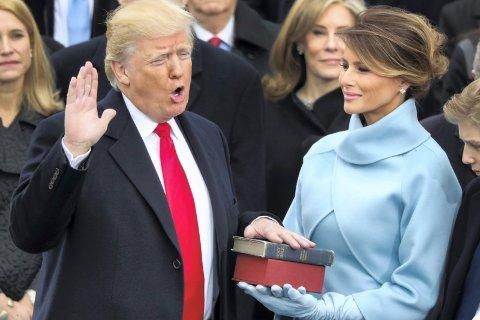 """""""Aldri har jeg opplevd bibellesning og bønn som en så pinlig innramming av en statsleders upassende drømmer og bilder, sett i lys av verdens utfordringer og urett"""", skriver biskop Per Arne Dahl om innsettelsen av Donald Trump som USAs 45. president."""