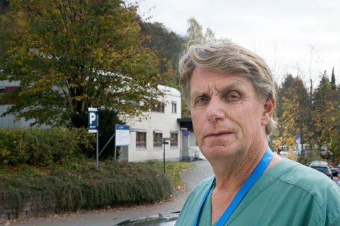 UENIG. Foretakstillitsvalgt for overlegene i Vestre Viken, Tom Henri Hansen mener ledelsen  overreagert når de permitterte avdelingssjefen for Patologen.