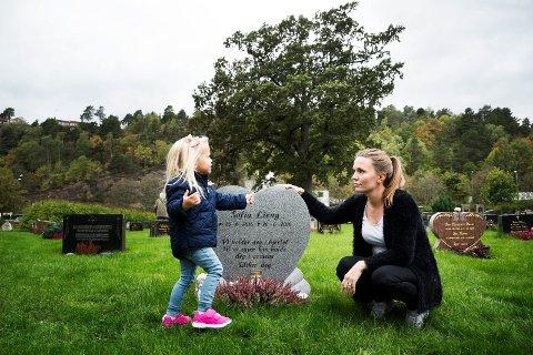 ALLTID MED DEM: Storesøster Victoria og mamma Cecilie besøker graven til Sofia så ofte som mulig:  – Sofia er med oss på en fin måte i hverdagen. Hun er jo rundt oss hele tiden. Her en dag sa Victoria «Mamma, Fia er ikke helt død, for hun lever jo i hjertet vårt».