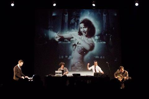 AUDIOVISUELT: Palestinske Love & Revenge er kveldens hovedattraksjon. De spiller dansbar elektronisk musikk mens det projiseres arabiske filmscener.