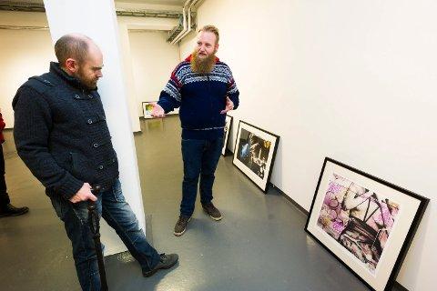 GATEKUNST: Gallerist Lars Holst-Larsen (t.v.) hos Galleri Athene nøler ikke med å utrope Eric Ness Christiansen til Drammens viktigste kunstner.