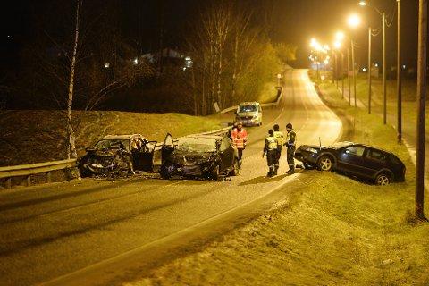 Politiet og Statens Vegvesen gjør undersøkelser på stedet søndag kveld.
