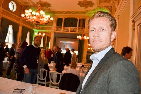 TRENGER FLERE ANSATTE: Det er mangel på IT-utdannede i Norge. Det har blant annet  Vicotee - Virinco fått erfare. Her daglig leder av Virinco Technology Richard Pettersen. Bildet  er tatt ved en tidligere anledning, før koronapandemien.