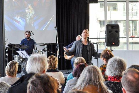 PRISVINNER: Slampoet og forfatter Fredrik Høyer vant nylig en teksforfatterpris, i tillegg til at han har blitt ny husdramatiker ved Dramatikkens hus i Oslo. Bildet er fra åpningen av Poesifestivalen i Drammen i fjor.