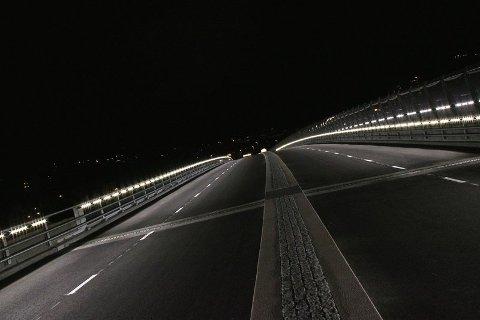 SPEKTAKULÆRT: Slik så det ut da Øvre Sund bru åpnet i 2011, men ganske raskt etter åpningen begynte lysene å svikte. Fortsatt står brua uten lys for bilistene.