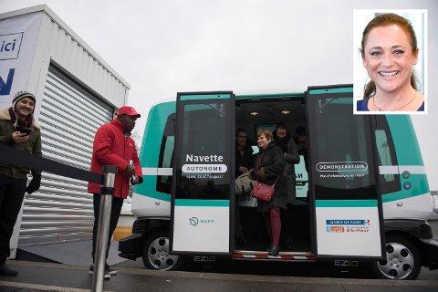 FREMTIDEN KAN VÆRE ELEKTRISK: Ragnhild Larsen- Nyhus Haaning (innfelt), styreleder i Næringsforeningen i Drammensregionen, skriver om fremtidens muligheter innenfor samferdsel i drammensregionen. Bakgrunnsbildet viser pendlere som kommer ut av en elektrisk smartbuss som ble testet ut i Paris tidligere i år.