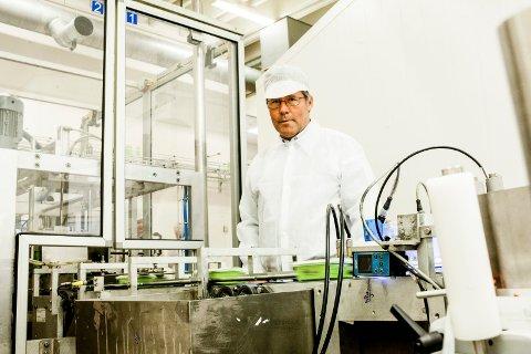 HØYE AVGIFTER: Fabrikksjef Lars Christian Hilden hos Mills Drammen kan fortelle at søsterfabrikken i Fredrikstad har bare halvparten så høye vann- og avløpsavgifter.