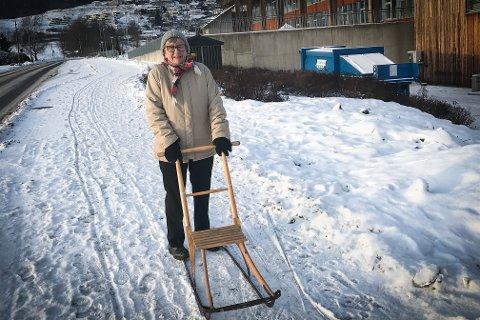 PÅ SPARK: Ambjørg Andersen (85) får skolebarna med seg når hun lufter sparken.
