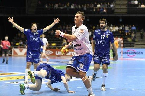 TØFFE TAK: DHKs strekspiller Joakim André Hykkerud (i hvitt) i kamp med Bodø-spillere i fredagens NM-finale i Oslo Spektrum.